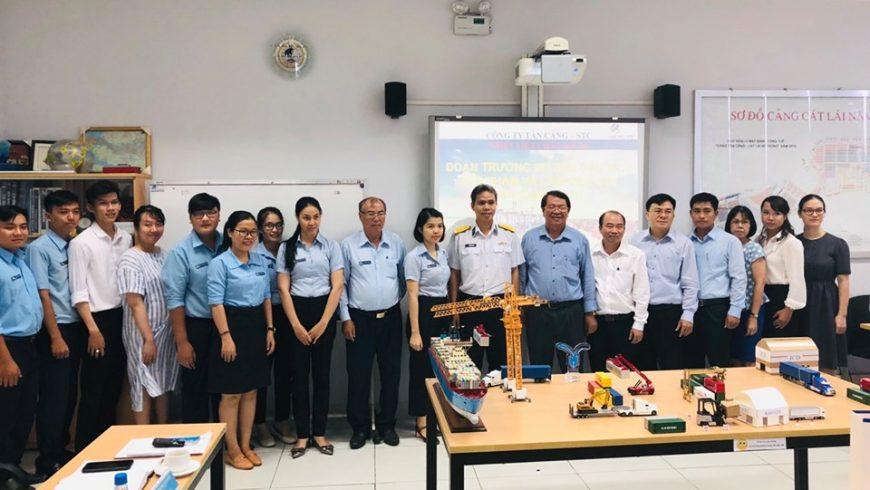 """Trường """"Đại học Thủ Dầu Một"""" tham quan Tân Cảng – Cát Lái"""